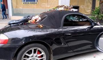 Imagen de Dejó estacionado su Porsche en un lugar prohibido y se lo llenaron de basura