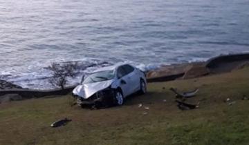 Imagen de Se despistó en la costa marplatense, cayó cuatro metros y terminó en el césped