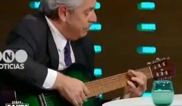 Imagen de Alberto Fernández fue a dar una entrevista y terminó tocando una canción de Los Beatles con la guitarra