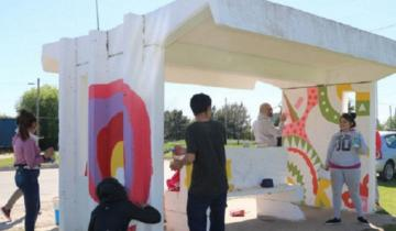 Imagen de Alumnos de secundaria realizan un mural en una garita de colectivos