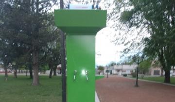 Imagen de Tordillo: colocaron un dispenser de agua... ¡que recarga celulares!