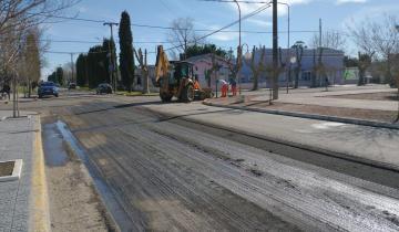 Imagen de Continúa el plan de repavimentación en el centro de General Conesa
