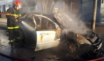 Imagen de Se quedó dormido con el auto en marcha y la calefacción encendida: se le prendió fuego