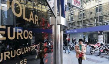 Imagen de Los anuncios de Macri no calman al dólar, que ya cotiza a $61