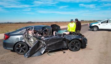 Imagen de Impresionante choque de un auto contra un camión en la ruta