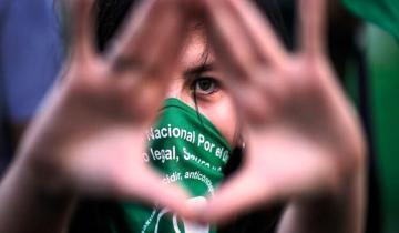 """Imagen de El Ministerio de Mujeres repudió la agresión a la joven que usaba barbijo con la inscripción """"aborto legal"""" en Mar del Plata"""