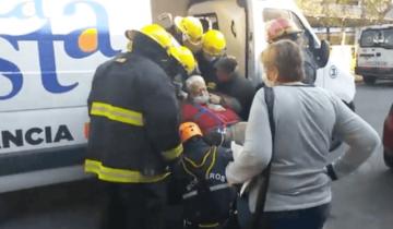 Imagen de Santa Teresita: rescataron a un vecino de 165 kilos que no podía bajar las escaleras de su casa