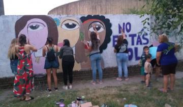 Imagen de En Dolores se pintó un mural por el Día de la Mujer