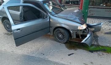 Imagen de Dolores: perdió el control del vehículo e impactó con un poste