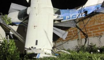 Imagen de Una avioneta se quedó sin combustible y cayó sobre una vivienda