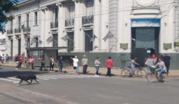 Imagen de Largas colas frente a los cajeros automáticos en Dolores