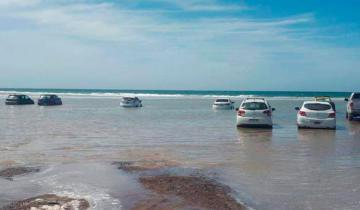 Imagen de Subió la marea y una docena de autos fue alcanzado por el mar