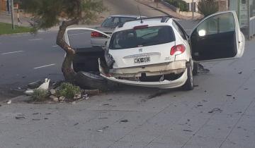 Imagen de Chocó su auto frente al mar, lo destrozó y lo busca la Policía