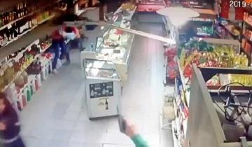 Imagen de Video: tiros, empujones y robo en un supermercado bahiense