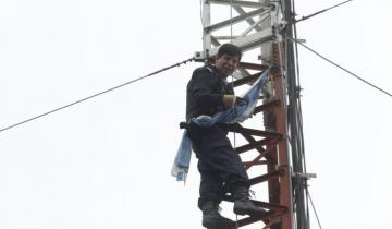 Imagen de La historia del policía que estuvo subido a una torre por dos horas con la amenaza de quitarse la vida