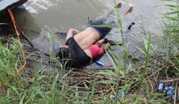 Imagen de La foto que conmueve al mundo: padre e hija mueren ahogados intentando migrar a EEUU
