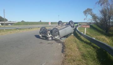 Imagen de Impactante vuelco en la Ruta 2: el conductor debió ser trasladado al Hospital de Dolores