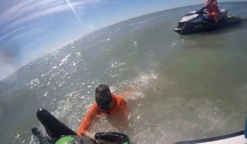 Imagen de Emergencia en el mar: rescatan a un kayakista que no podía regresar a la orilla