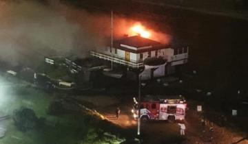 Imagen de Se incendió un balneario en Villa Gesell: el fuego afectó el 80% de la estructura