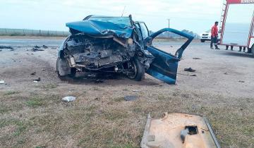 Imagen de Un auto se incrustó bajo un camión en la ruta: de milagro sobrevivió el conductor
